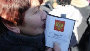 Как украинцу получить российское гражданство? ? <беженцу получить российское гражданство>» width=»300″ height=»169″ class=»alignleft size-medium» /></p><p>Breaking News</p><p>Home / Статьи / Новый закон о получении гражданства рф 2018 для граждан украины</p><p>Следует получить:</p><ul><li>визу (не для всех стран);</li><li>миграционную карту.</li></ul><ul><li>Зарегистрироваться в качестве прибывшего в отделении ФМС (иметь при себе вышеозначенные бумаги).</li><li>Оформить:</li></ul><ul><li>разрешение на временное пребывание сроком до трех лет;</li><li>вид на жительство.</li></ul><ul><li>После соблюдения необходимых условий, обратиться за предоставлением гражданства.</li><li>Разрешение на временное проживание Чтобы иметь возможность спокойно прожить в России в течение трех лет, необходимо РВП. Его оформлением занимается ФМС.</li></ul><p>Важно</p><p>При этом необходимым условием является наличие документа, подтверждающего виды на жительство соискателя;</p><ul><li>Иметь постоянное место проживания в государстве и быть официально зарегистрированным;</li><li>Необходимо наличие трудового контракта, или иметь бумагу, удостоверяющую официальную рабочую занятость репатрианта;</li><li>Обязательным условием теперь выступает официальное отречение от подданства страны предыдущего проживания.</li></ul><p><strong>Исключением здесь выступают граждане Таджикистана и Туркменистана;</p><li>Наличие базового уровня знания русского языка;</li><li>Отсутствие непогашенной судимости на территории предыдущего проживания.</li><p></strong><br /> Также должны отсутствовать административные правонарушения на территории Российской Федерации.</p><div style=